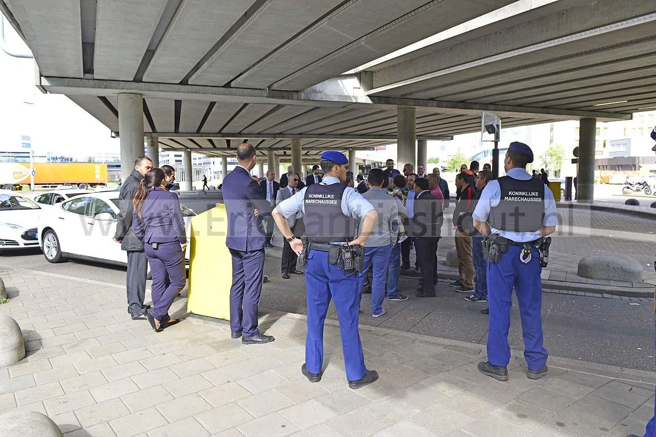 Schiphol: Boze taxichauffeurs staken